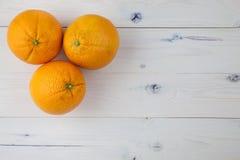 Sinaasappelen op lijst Stock Afbeelding