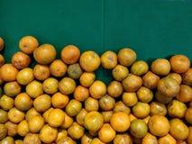 Sinaasappelen op plank royalty-vrije stock afbeeldingen