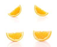 Sinaasappelen op witte achtergrond worden gesneden die Stock Foto's
