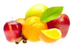 Sinaasappelen, pijpjes kaneel en appelen Royalty-vrije Stock Fotografie