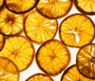 Sinaasappelen, plakken van sinaasappelen op houten achtergrond Stock Foto