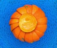Sinaasappelen in schotel van glas Stock Afbeeldingen