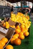 Sinaasappelen voor verkoop bij landbouwersmarkt in de straatscène van Europa stock afbeeldingen