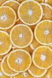 Sinaasappelen zonder pitten in plakken worden gesneden die royalty-vrije stock afbeelding
