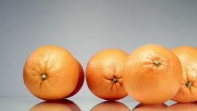 Sinaasappelenbroodje rond de lijst stock videobeelden