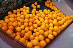 Sinaasappelenfruit bij de marktkraam stock fotografie