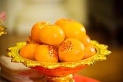 Sinaasappelenstapel, op goud dat voor verering in het Chinese Nieuwjaar wordt geplateerd Chinees Nieuwjaar ` s Eve Celebration stock afbeeldingen