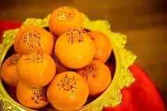 Sinaasappelenstapel, op goud dat voor verering in het Chinese Nieuwjaar wordt geplateerd Chinees Nieuwjaar ` s Eve Celebration stock foto