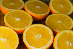 Sinaasappelenvruchten en Oranje Plak op Houten Lijst en Retro Stof Stock Foto