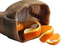 Sinaasappelschil in zak die op een witte achtergrond wordt geïsoleerd stock fotografie