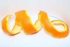 Sinaasappelschilspiraal op een wit royalty-vrije stock fotografie