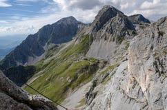 从Sinabel ferrata的看法在Guttenberghaus瑞士山中的牧人小屋上 库存图片