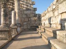Sinagoga en Capernaum Bancos para sentarse Imagen de archivo