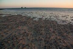 Sinai woestijn en overzees strand met zand en zon en golven Stock Afbeeldingen
