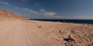 Sinai woestijn met zand en zon onder blauwe hemel in december op zee Stock Foto's