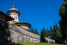 Sinaia ortodox kyrka utanför klosterväggarna Arkivfoton