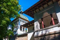 Sinaia ortodox kyrka utanför klosterväggarna Klocka torn s Royaltyfria Bilder