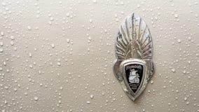 SINAIA, ROEMENIË - JUN 30, 2018: Het oude embleem van Chrysler Plymouth 1936 royalty-vrije stock afbeelding