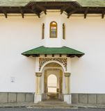 Sinaia, Roemenië - Maart 09, 2019: Ingang aan oude Kerk bij Sinaia-Kloosterplaats die in Sinaia, Prahova, Roemenië wordt gevestig stock afbeelding