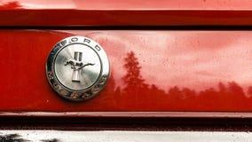 SINAIA, ROMÊNIA - 30 DE JUNHO DE 2018: Emblema de Ford Mustang 1966 Fotografia de Stock Royalty Free
