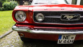 SINAIA, ROMÊNIA - 30 DE JUNHO DE 2018: Parte dianteira de Ford Mustang 1966 Fotografia de Stock Royalty Free
