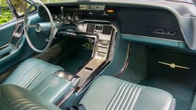 SINAIA RUMÄNIEN - JUNI 30, 2018: Inre detaljer av Ford Thunderbird 1964 Arkivfoton