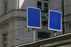 Sinais azuis vazios da parada do ônibus, Fotografia de Stock Royalty Free