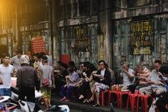 Sinais brilhantes das lojas, dos restaurantes e do carro na estrada de Yaowarat da cidade da porcelana Imagens de Stock Royalty Free