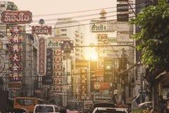 Sinais brilhantes das lojas, dos restaurantes e do carro na estrada de Yaowarat da cidade da porcelana Fotos de Stock Royalty Free