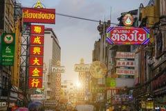 Sinais brilhantes das lojas, dos restaurantes e do carro na estrada de Yaowarat da cidade da porcelana Foto de Stock