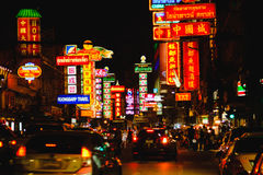 Sinais brilhantes das lojas, dos restaurantes e do carro na estrada de Yaowarat da cidade da porcelana, Imagens de Stock Royalty Free