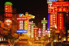 Sinais brilhantes das lojas, dos restaurantes e do carro na estrada de Yaowarat da cidade da porcelana, Foto de Stock Royalty Free
