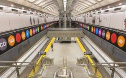 Sinais coloridos em torno das escadas da plataforma no 72nd St Fotografia de Stock