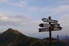 Sinais com sentidos e montanhas de Cáucaso Rosa Khutor, Sochi, Rússia imagem de stock