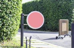 Sinais cor-de-rosa do círculo e arcos de madeira no jardim imagens de stock