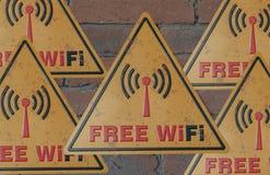Sinais da área usar Wi-Fi livre Placa de metal livre de Wi-Fi do sinal da cor amarela em uma parede de tijolo fotos de stock royalty free