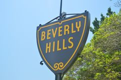 Sinais da entrada a Beverly Hills Neighborhood imagem de stock
