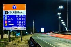 Sinais da estrada na estrada na noite fotos de stock royalty free