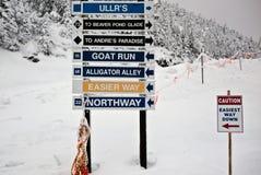 Sinais da fuga do recurso do esqui/Snowboard Fotografia de Stock