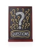Sinais da pergunta escritos no quadro Fotografia de Stock Royalty Free