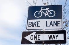 Sinais da pista da bicicleta e da uma maneira Fotos de Stock