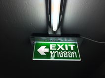 Sinais da saída de emergência do ¡ do signsภda saída de emergência dentro da construção foto de stock