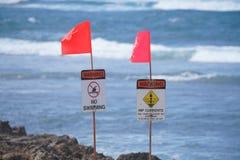 Sinais de aviso em Oahu& x27; costa norte de s fotografia de stock royalty free