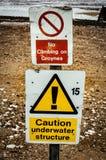 Sinais de aviso em uma praia Fotografia de Stock