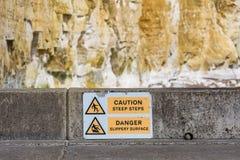 Sinais de aviso na baía dos frades, Sussex do leste, Reino Unido imagens de stock royalty free