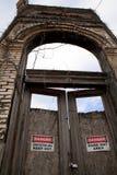 Sinais de aviso na estrutura abandonada em Texas rural Fotos de Stock