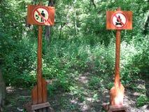 Sinais de aviso na floresta Fotografia de Stock Royalty Free