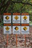 Sinais de aviso na praia surfando Havaí do local imagem de stock