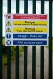 Sinais de aviso perto da ilha da central elétrica da grão Imagem de Stock Royalty Free