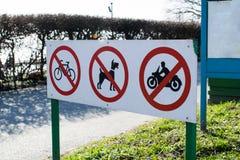 Sinais de aviso que proibem o passeio da bicicleta, da motocicleta e do cão Fotos de Stock Royalty Free